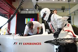 F1 Experiences 2-Seater passagier Will Buxton, NBC TV Presentator en Paul Stoddart