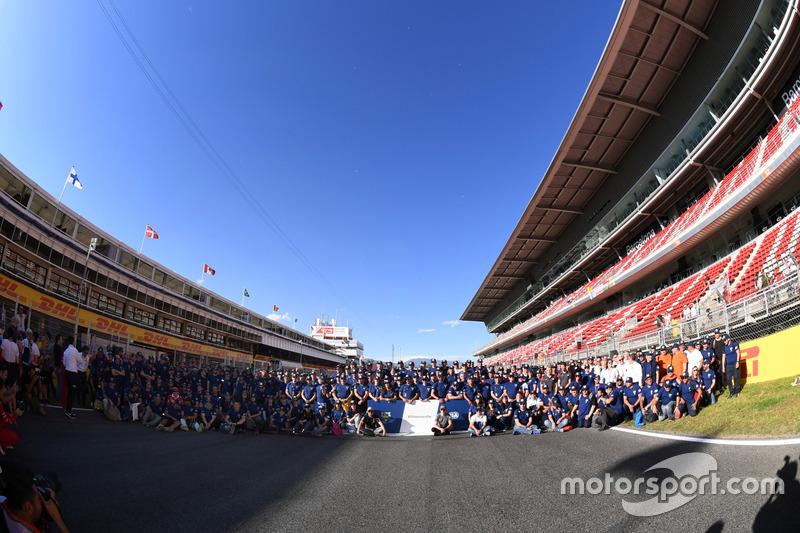 Групповое фото пилотов Ф1 и волонтеров FIA