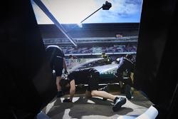 Ingenieros de Mercedes trabajan en el Mercedes AMG F1 W08 de Valtteri Bottas en el pitlane