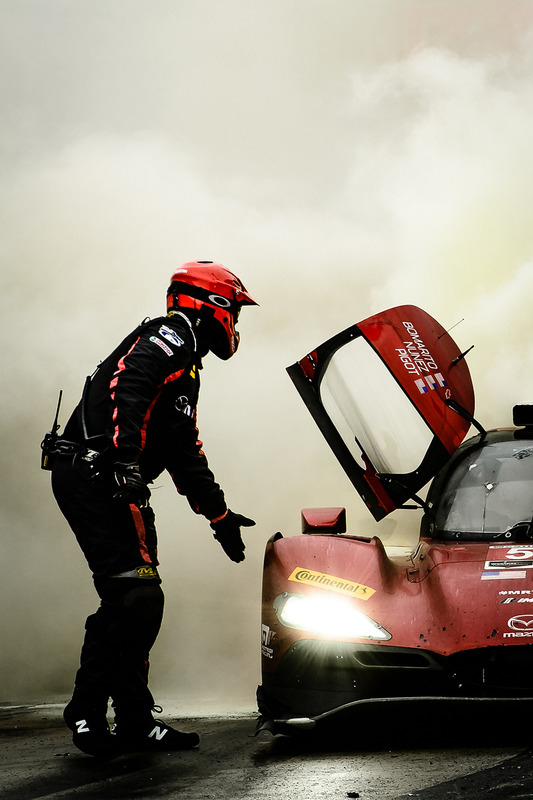 Feuer: #55 Mazda Motorsports, Mazda DPi: Jonathan Bomarito, Tristan Nunez, Spencer Pigot