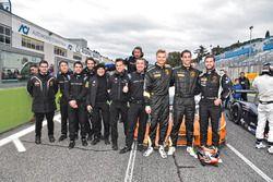 Piloti e tecnici dell'Orange1 Team Lazarus