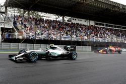 Нико Росберг, Mercedes AMG F1 W07 Hybrid, и Макс Ферстаппен, Red Bull Racing RB12