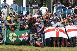 Jonathan Rea, Kawasaki Racing, fête sa victoire en Course 2 avec des fans