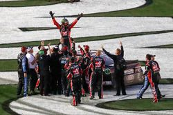 Курт Буш, Stewart-Haas Racing Ford, празднует свою победу вместе с командой