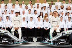 Lewis Hamilton, Mercedes AMG F1 et son équipier Nico Rosberg, Mercedes AMG F1 W07 Hybrid lors d'une photo de l'équipe