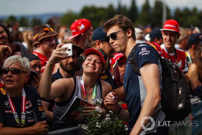 Daniil Kvyat, Scuderia Toro Rosso, mit Fans