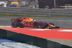 Max Verstappen, Red Bull Racing RB13 na aanrijding in eerste bocht