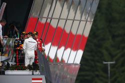 Il vincitore della gara Valtteri Bottas, Mercedes AMG F1, Daniel Ricciardo, Red Bull Racing, Sebasti
