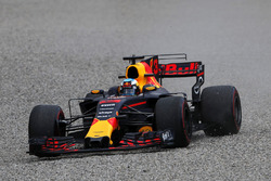 Daniel Ricciardo, Red Bull Racing RB13 sort dans les graviers