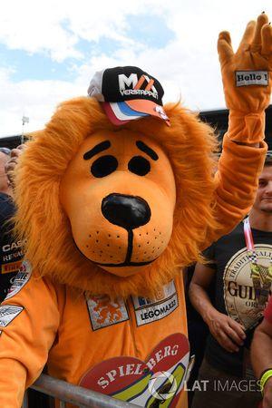 Max Verstappen-fan in een leeuwenpak
