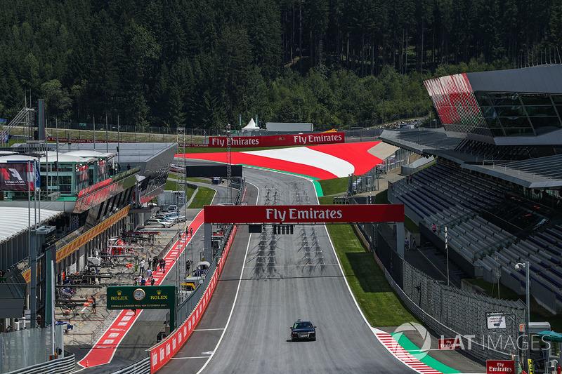 А в 2000-х годах концерн Red Bull провел полную модернизацию трассы и переименовал ее в «Ред Булл Ринг». Конфигурация трека при этом не была затронута