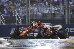 Max Verstappen, Red Bull Racing RB13, Kimi Raikkonen, Ferrari SF70H, chocan al inicio de la carrera