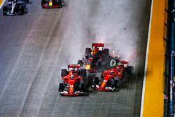 Sebastian Vettel, Ferrari SF70H, Max Verstappen, Red Bull Racing RB13, Kimi Raikkonen, Ferrari SF70H, se percutent au départ