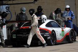 Пит-стоп, экипаж №91 команды Porsche Team, Porsche 911 RSR: Рихард Лиц, Фредерик Маковецки