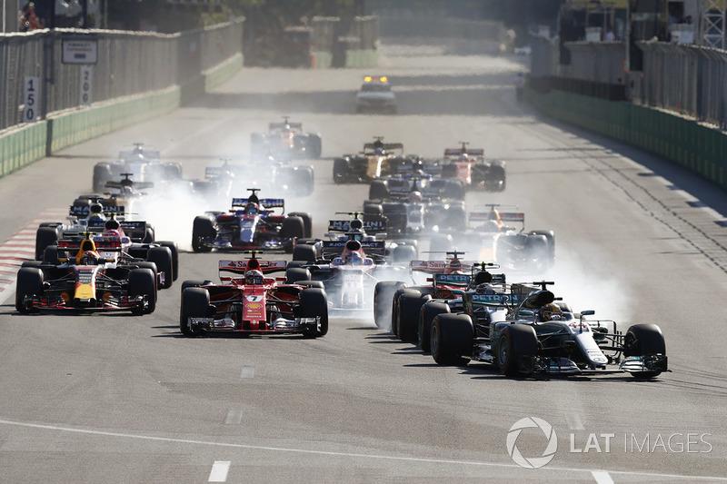 Lewis Hamilton, Mercedes AMG F1 W08 líder en la arrancada