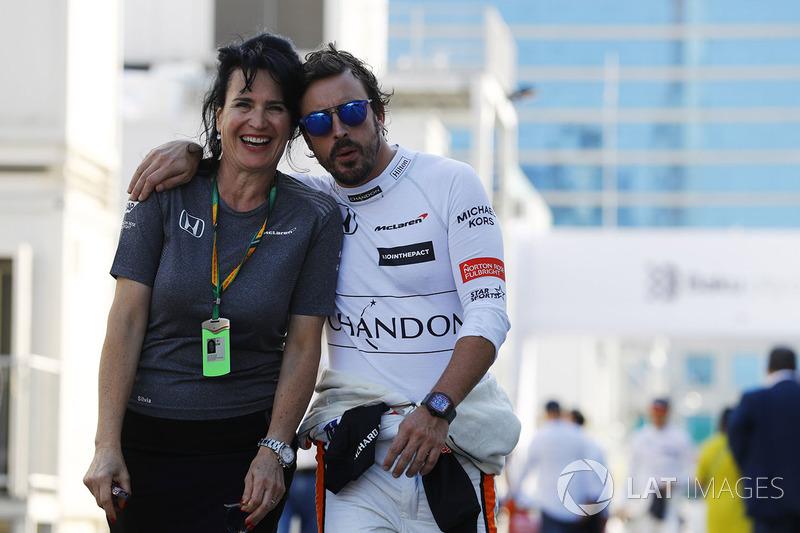 Гонщик McLaren Фернандо Алонсо и пресс-атташе команды Сильвия Хоффер Франжипан
