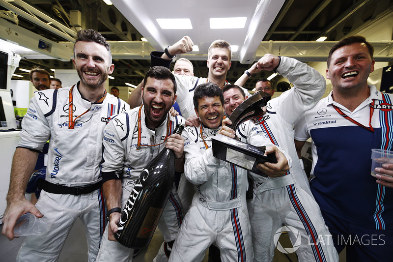 I membri del team Williams festeggiano con il terzo classificato Lance Stroll, Williams