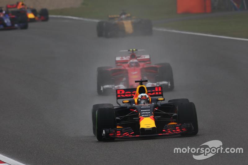 Daniel Ricciardo, Red Bull Racing RB13, lidera a Kimi Raikkonen, Ferrari SF70H, y Nico Hulkenberg, R