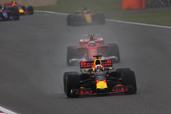 Daniel Ricciardo, Red Bull Racing RB13, leads Kimi Raikkonen, Ferrari SF70H, and Nico Hulkenberg, Renault Sport F1 Team RS17