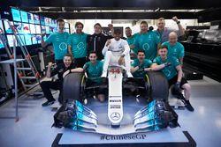 Lewis Hamilton, Mercedes AMG, viert feest met zijn team
