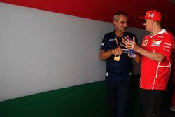 Beat Zehnder, Manager Sauber C36 e Kimi Raikkonen, Ferrari