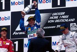 Podium : le vainqueur Gerhard Berger, Benetton Renault, le second Michael Schumacher, Ferrari, le troisième Mika Hakkinen, McLaren