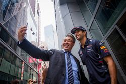 Daniel Ricciardo, Red Bull Racing, mit einem Fan