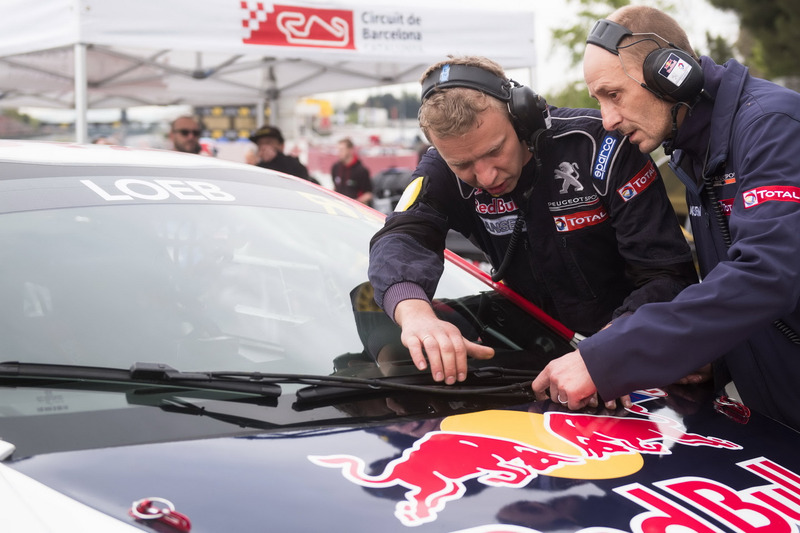 Team members working on the car of Sebastien Loeb, Team Peugeot-Hansen, Peugeot 208 WRX