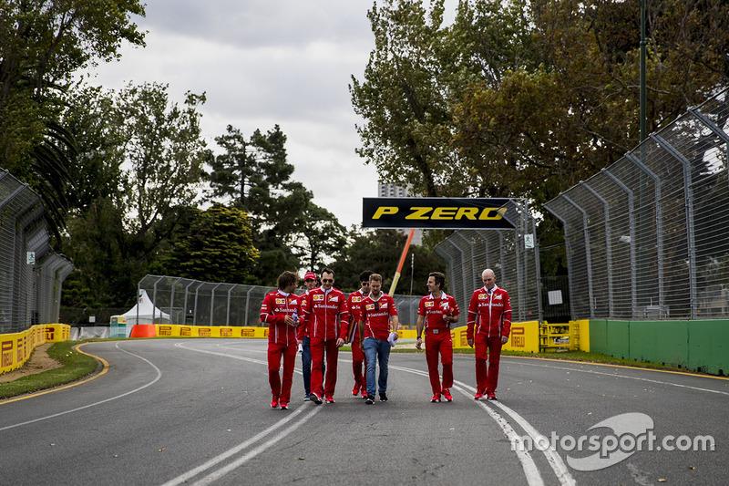 Sebastian Vettel, Ferrari camina por el circuito con el equipo