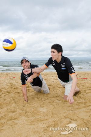 Esteban Ocon, Sergio Pérez, Sahara Force India F1 Team en la playa Brighton