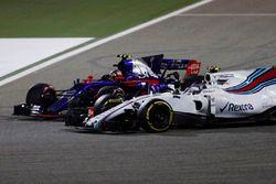 Carlos Sainz Jr., Scuderia Toro Rosso STR12, battles with Lance Stroll, Williams FW40