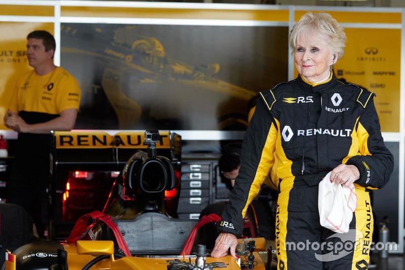 79-летняя гонщица Розмари Смит на тестах машины Renault F1