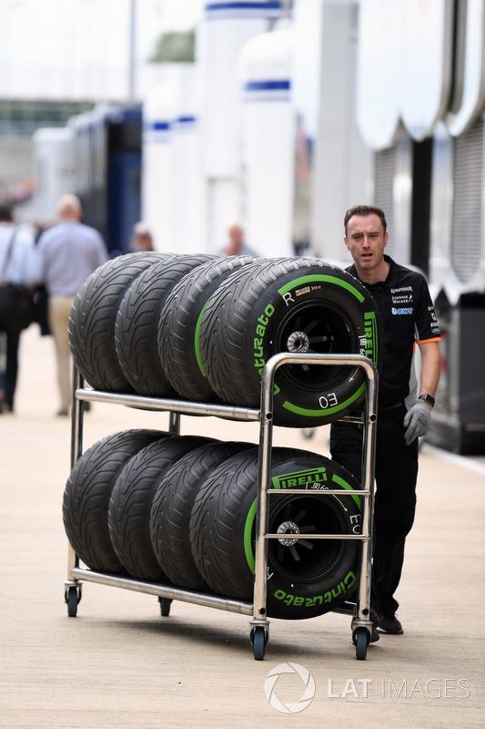 Механіки Sahara Force India із шинами Pirelli