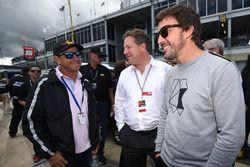 Roberto Moreno, Zak Brown, directeur exécutif de McLaren, et Fernando Alonso sur la grille