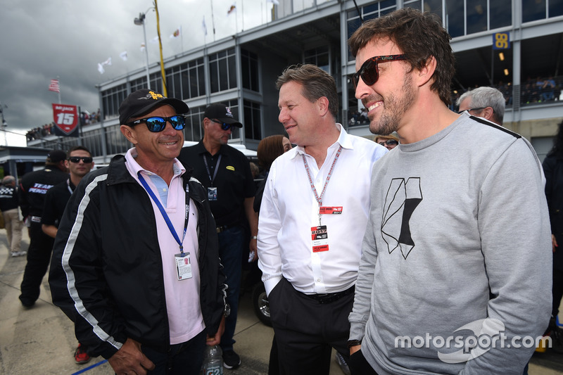 Roberto Moreno, Zak Brown (CEO da McLaren) e Fernando Alonso no grid