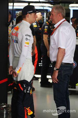 Max Verstappen, Red Bull Racing, praat met Helmut Markko, Consultant, Red Bull Racing