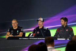 Valtteri Bottas, Mercedes AMG F1, Daniil Kvyat, Scuderia Toro Rosso et Romain Grosjean, Haas F1 Team en conférence de presse