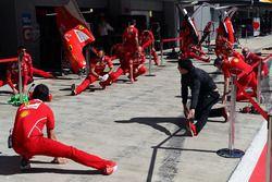 I meccanici Ferrari fanno stretching in pitlane