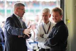 Ross Brawn, sportief directeur van de Formule 1, FOM, talks to Nico Rosberg en Geoff Willis