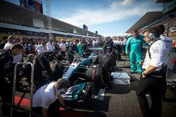 The Mercedes team make final preparations to the car of Lewis Hamilton, Mercedes AMG F1 W08