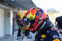 Le vainqueur Lewis Hamilton, Mercedes AMG F1 est félicité par Max Verstappen, Red Bull Racing dans le Parc Fermé