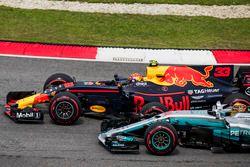 Max Verstappen, Red Bull Racing RB13, passe Lewis Hamilton, Mercedes AMG F1 W08, pour la tête