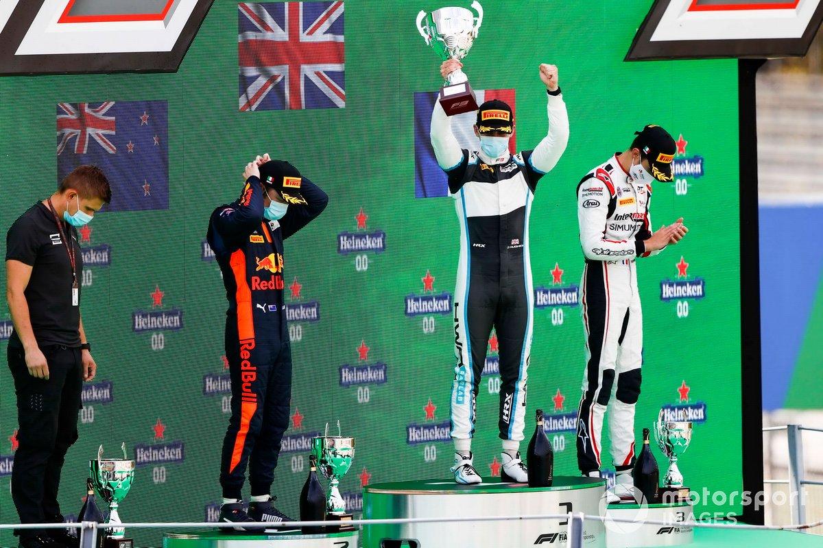 Liam Lawson, Hitech Grand Prix, el ganador Jake Hughes, HWA Racelab y Theo Pourchaire, ART Grand Prix, celebran en el podio