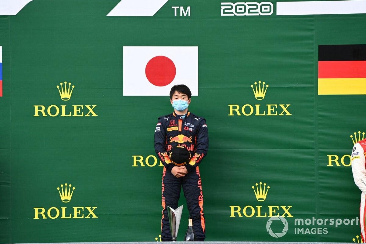 Yuki Tsunoda, Carlin, primo posto, sul podio