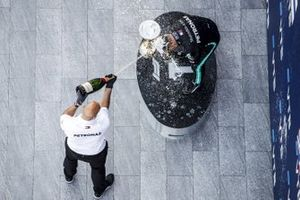 Winning Constructor Representative and Race Winner Valtteri Bottas, Mercedes-AMG F1 celebrate on the podium with the champagne