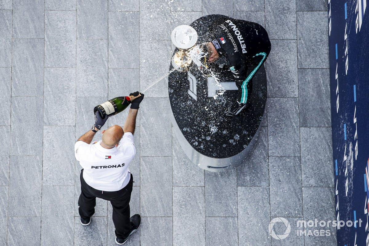 Podio: ganador de la carrera Valtteri Bottas, Mercedes-AMG F1, tercer lugar Lewis Hamilton, Mercedes-AMG F1