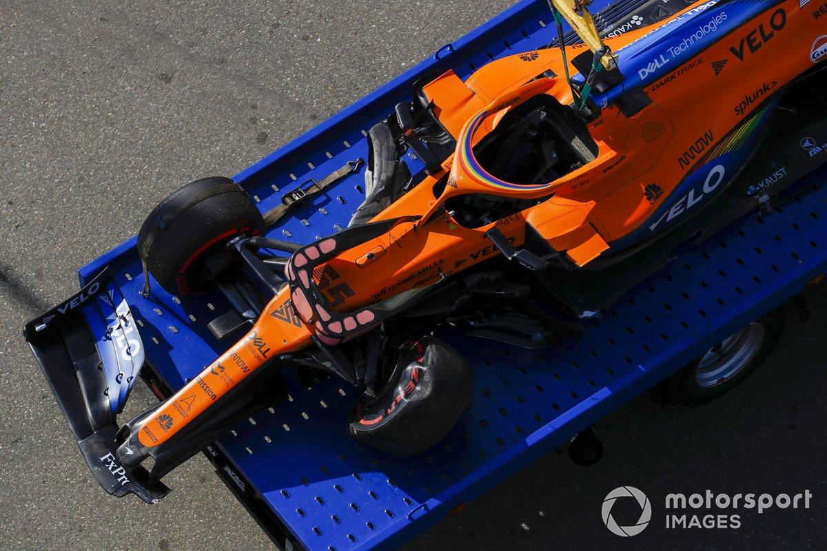 L'auto danneggiata di Carlos Sainz Jr., McLaren MCL35, sul carro attrezzi