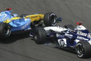 Jarno Trulli, Renault R24 en Juan Pablo Montoya, WilliamsF1 BMW FW26