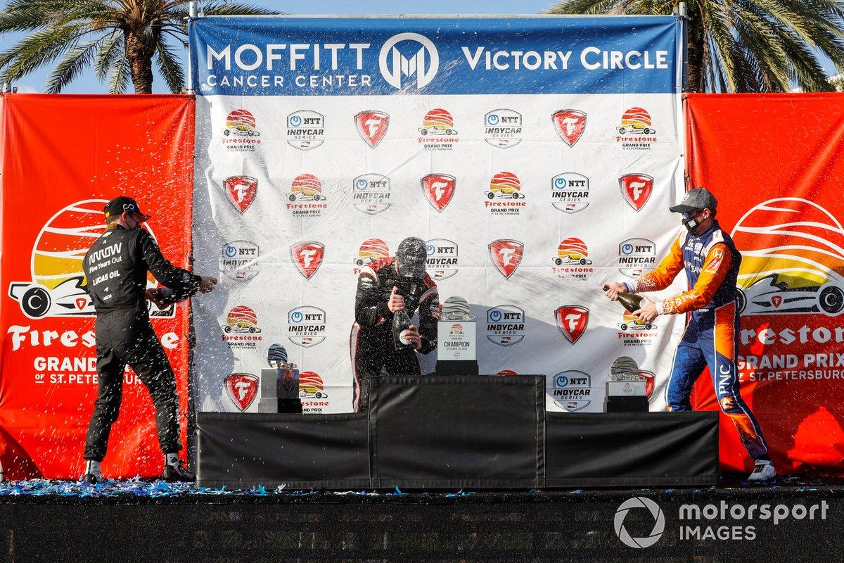 Podio: Ganador de la carrera Josef Newgarden, Team Penske Chevrolet, segundo lugar Patricio O'Ward, Arrow McLaren SP Chevrolet, y tercer lugar Scott Dixon, Chip Ganassi Racing Honda