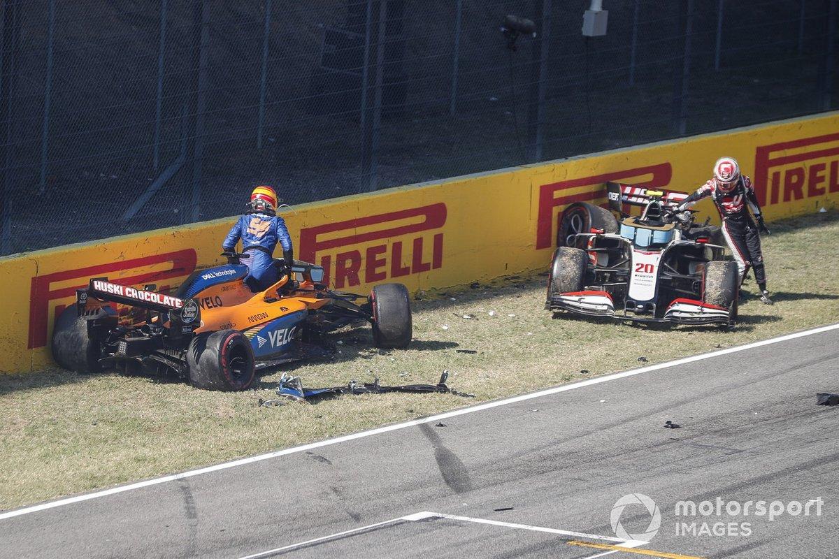 Choque al reinicio de Carlos Sainz Jr., McLaren MCL35 y Kevin Magnussen, Haas VF-20
